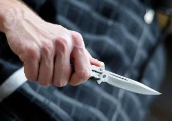 В Шамкире мужчина травмировал жену тупым предметом и ранил друга ножом