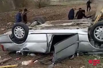 В Шеки легковой автомобиль упал с моста, есть погибший и пострадавшие