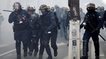 На акциях протеста во Франции пострадали 12 полицейских