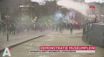 Amsterdamda polis etiraz aksiyalarında su şırnağından istifadə edib