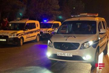 В Баку автомобиль сбил уборщицу, подметавшую дорогу
