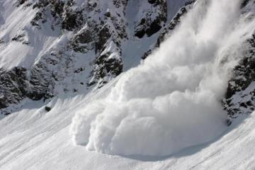 На горнолыжном курорте в Швейцарии лавина накрыла 10 человек