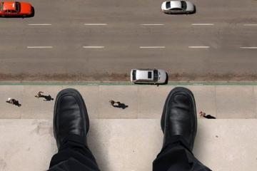 В Баку молодой парень бросился со здания