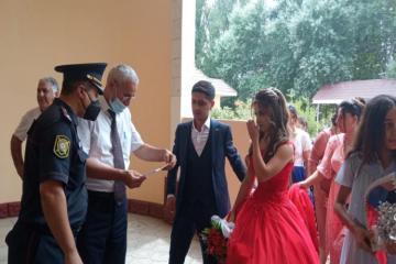 """В Зардабе жениха и невесту не впустили в дом торжеств из-за отстутствия COVID паспортов-<span class=""""red_color"""">ФОТО</span>"""