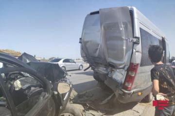 "В Баку микроавтобус попал в ДТП, три человека пострадали-<span class=""red_color"">ВИДЕО</span>"