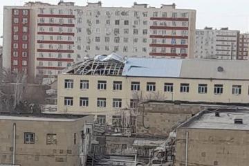 В Баку ветер снес часть крыши здания средней школы №319 – [color=red]ФОТО[/color]