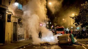 В Барселоне протестующие забросали полицию камнями и краской