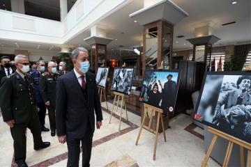 Хулуси Акар посетил выставку, посвященную Ходжалы