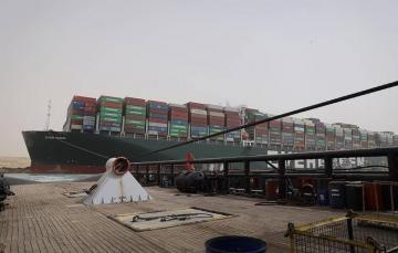 Попытка снять с мели заблокировавшее Суэцкий канал судно провалилась