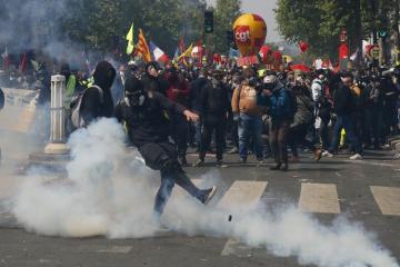 Fransada yenidən nümayişlər başlayıb, 27 polis yaralanıb, saxlanılanlar var