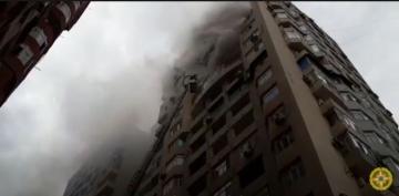 Распространились кадры тушения пожара в 18-этажном здании в Баку – [color=red]ВИДЕО[/color]