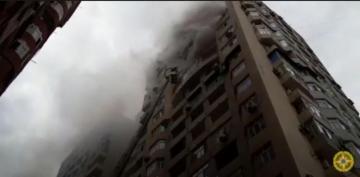 Bakıda 18 mərtəbəli binada baş verən yanğıının söndürülməsi ilə bağlı görüntülər yayılıb