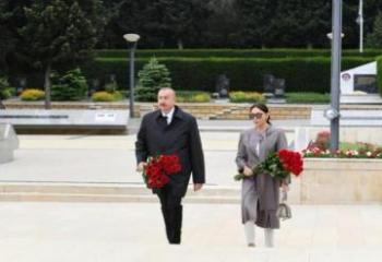 Президент Ильхам Алиев и первая леди Мехрибан Алиева посетили памятник Ази Асланову-[color=red]ВИДЕО[/color]