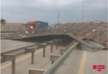 """Из-за сильного ветра автомагистраль Баку-Газах оказалась заблокированной на некоторое время-<span class=""""red_color"""">ФОТО</span>"""