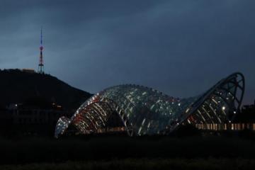 Телебашня и здание Сакребуло в Тбилиси окрасились в цвета азербайджанского флага - [color=red]FOTO[/color]